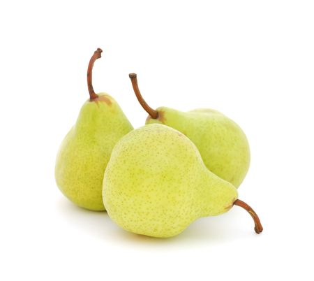 Drie peren geïsoleerd op een witte achtergrond.
