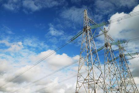 torres de alta tension: L�neas de poder sobre el fondo de cielo