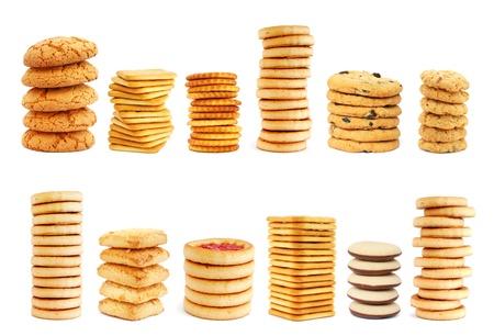 galletas integrales: Pilas de cookies diferentes sobre fondo blanco Foto de archivo