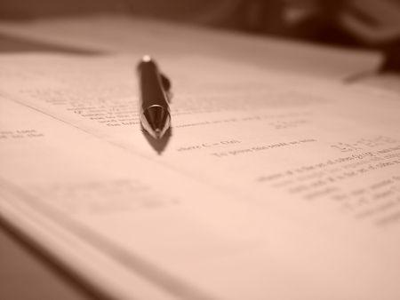 revisando documentos: Matem�ticas papel con un l�piz sobre el mismo. Sepia tonificante. Profundidad de campo.