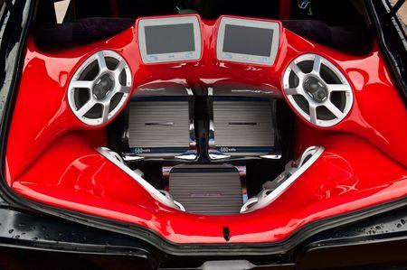 equipo de sonido: un poderoso sistema de audio con altavoces de amplificadores y monitores lcd en el maletero del coche Foto de archivo