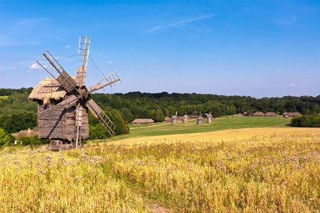 Oude houten windmolen op het platteland Stockfoto