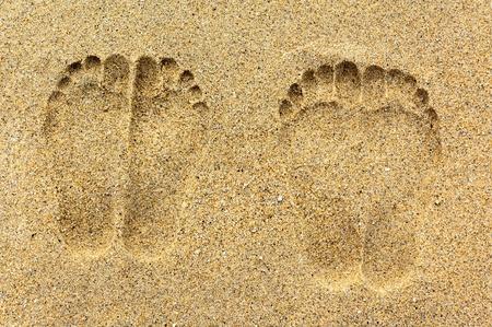 footprint: Dos pares de huellas en la arena Foto de archivo