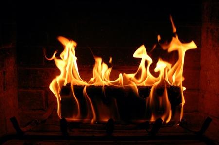 ohniště: Hořící oheň log osvětlení krb a vytápění domu