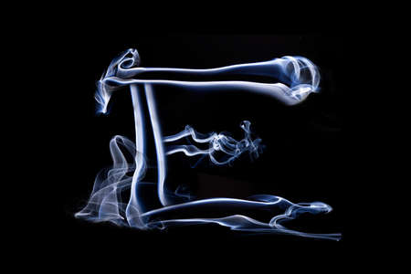 harridan: Grandes letra E hizo la pizca de humo azul sobre fondo negro