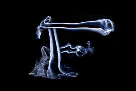 harridan: Grandes letra F hecha pizca de humo azul sobre fondo negro Foto de archivo