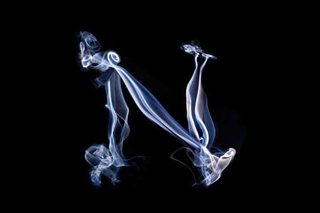 harridan: Grandes letra N hecha humo azul de la pizca. Aislado sobre fondo negro.