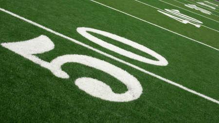 the yards: F�tbol campo mostrando patio marcadores desde la yarda 50 a zona de anotaci�n.  Foto de archivo