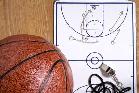 cancha de basquetbol: Un baloncesto con un silbato y un portapapeles con un alley-oop juego elaborado Foto de archivo