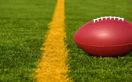 terrain de foot: Un ballon de football se trouve juste en deçà de la ligne de but.