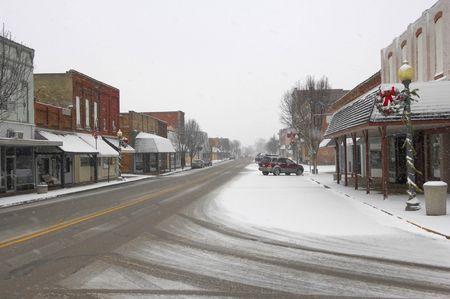 precipitacion: Peque�a granja ciudad durante una nevada.