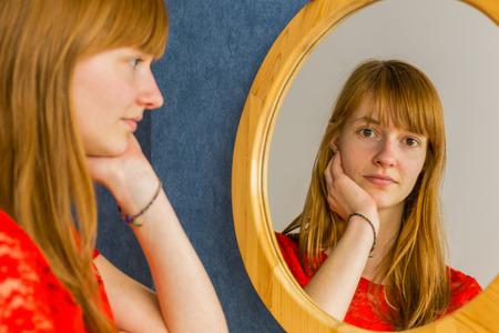 거울을보고 백인 빨간 머리 십 대 소녀 스톡 콘텐츠