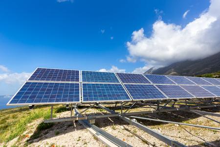 paneles solares: L�nea de paneles solares de color azul en la monta�a en Grecia con el cielo azul