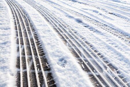 huellas de neumaticos: neum�tico del coche de pistas en la nieve s�mbolo del transporte durante la temporada de invierno