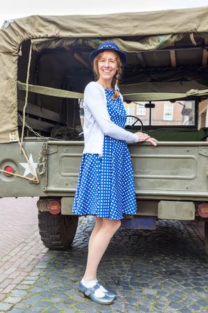 Europese leeftijd vrouw middelbare leeftijd, gekleed in blauwe kleren Stockfoto