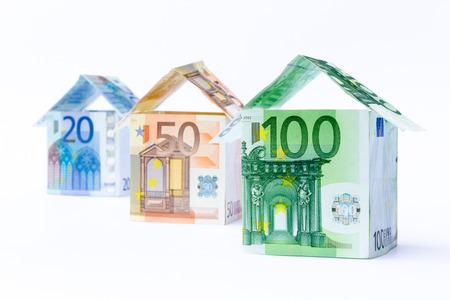Drei Häuser der Bank Euro-Rechnungen in einer Reihe stehen auf weißem Hintergrund Standard-Bild - 42355225