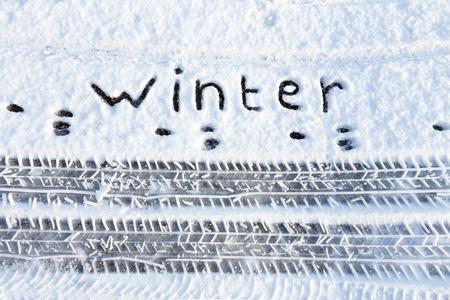 Wort Winter und Reifenspuren im Schnee im Winter Standard-Bild - 42355332