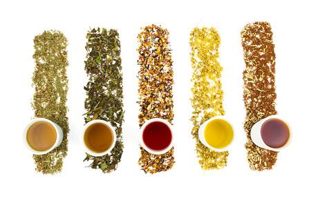 frutas secas: Tazas de té con varios tés de colores aislados sobre fondo blanco