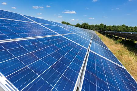 paneles solares: Cierre de paneles solares de color azul en el suelo en línea recta larga Foto de archivo