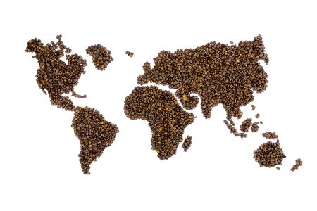 granos de cafe: Mapa del mundo lleno de granos de caf� aislados en el fondo blanco