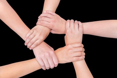 symbol hand: F�nf Arme mit H�nden der M�dchen halten einander auf schwarzem Hintergrund Beitritt