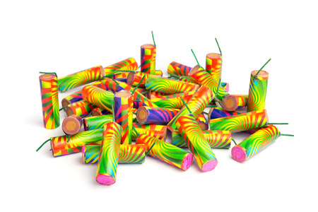 Mucchio di fuochi d'artificio colorati isolato su sfondo bianco Archivio Fotografico