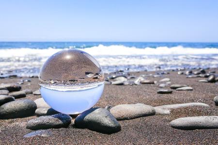 Kristallen bol op stonyt strand in Madeira Portugal