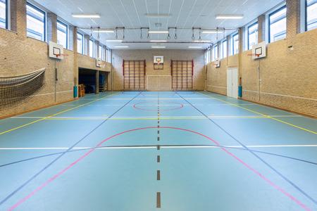 Vaciar la clase de gimnasia europeo para los deportes escolares ninguna gente Foto de archivo