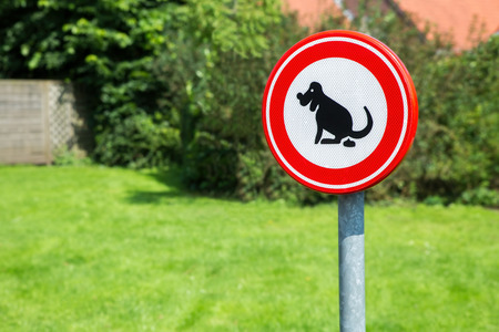 Traffic sign prohibited to let the dog shit here Imagens - 73188088