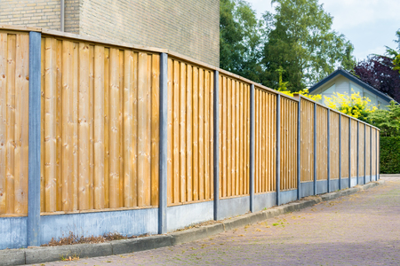 New wooden fence along the road in residential area Banque d'images - 118899837