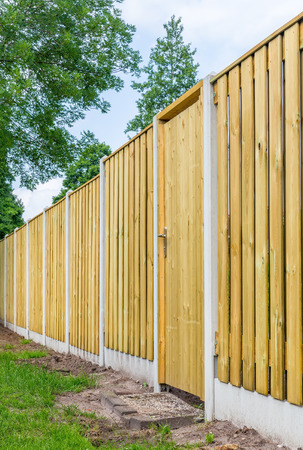 New fence construction made of wooden planks in backyard Banque d'images - 118900050