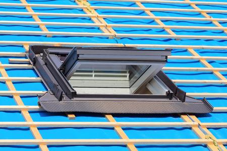 Una nueva ventana de techo en el techo de una nueva casa. Foto de archivo
