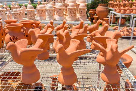 Group of orange birds of clay outside at pottery shop Zdjęcie Seryjne