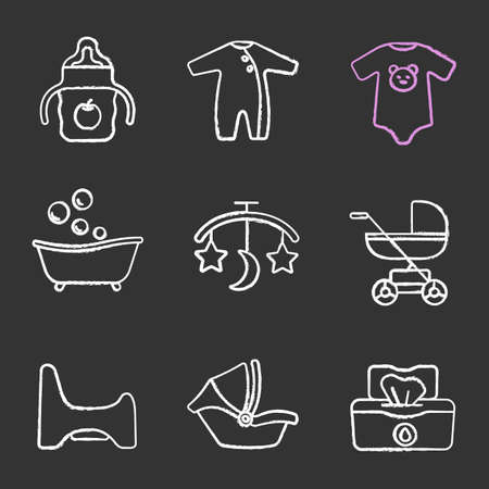 Kreidesymbole für Kinderbetreuung eingestellt. Trinkbecher, Strampler, Body, Badewanne, Bettkarussell, Kinderwagen, Töpfchenstuhl, Autositz, Feuchttücher. Isolierte Tafel Vektorgrafiken