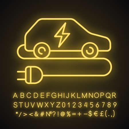 Icona della luce al neon dell'auto elettrica. Auto ecologica. Veicolo verde. Automobile con spina elettrica. Segno incandescente con alfabeto, numeri e simboli. Illustrazione vettoriale isolato