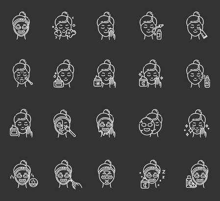 Set di icone di gesso per le procedure di cura della pelle. Usando la crema per il viso. Maschera liquida, in fogli, peel-off. Prodotti di bellezza. Routine notturna. Trattamento spot. Siero alla vitamina C. Illustrazioni di lavagna vettoriali isolate Vettoriali