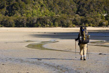tramping: Tramping en Nueva Zelandia, mochilero  Foto de archivo