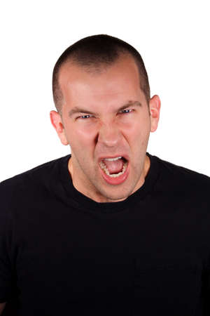 Przystojny mężczyzna z wyrażeniem gniewnych z przodu białe tło.