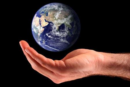 Ręka mężczyzny cupping ziemi. Obraz Ziemi wykonane przez NASA - widoczne Earth: http:visibleearth.nasa.gov