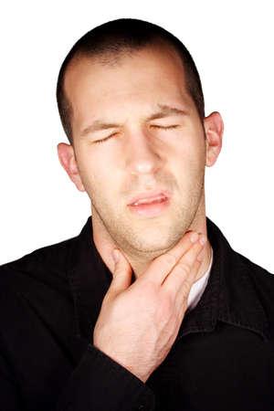 Een man met een wond keel ten overstaan van een witte achtergrond.