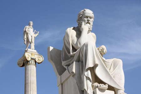 Statues néoclassiques de Socrate (ancien philosophe grec) et d'Apollon (dieu du soleil, de la médecine et des arts) devant l'Académie d'Athènes, en Grèce. Banque d'images