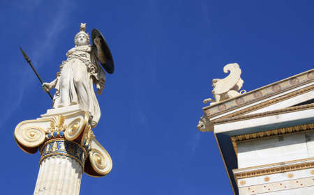 Estatua neoclásico de Palas Atenea, diosa de la sabiduría, la guerra defensiva, la estrategia, la industria, la justicia y la habilidad en la mitología griega antigua. Patrón de Atenas.