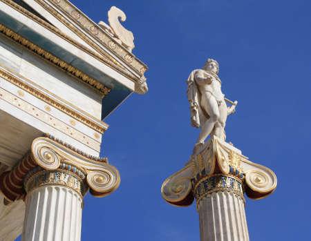 neocl�sico: Estatua neocl�sico del griego antiguo buena, Apolo, fuera de Academia de Atenas, Grecia. Apolo era el Dios de la luz y el sol, medicina de la verdad y la profec�a, tiro con arco y curaci�n, m�sica, poes�a y las artes.