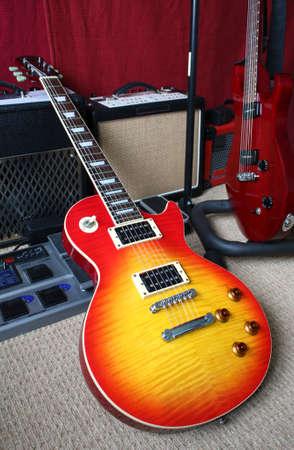 Guitars, amplifiers and pedal in a music studio. Standard-Bild