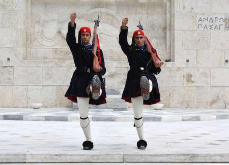 syntagma: Atene - 21 aprile 2009: Evzones (guardie cerimoniale presidenziale) davanti alla tomba del Milite Ignoto presso il Palazzo del Parlamento greco ad Atene, di fronte alla Piazza Syntagma. Editoriali