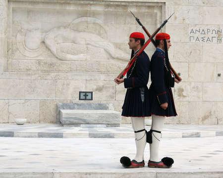 syntagma: Atene - 21 aprile 2009: Evzones (Palazzo cerimoniale guardie) davanti alla tomba del Milite Ignoto presso il Palazzo del Parlamento greco di Atene, fronte Piazza Syntagma. Evzones guardia la tomba del Milite Ignoto, il Parlamento greco e la