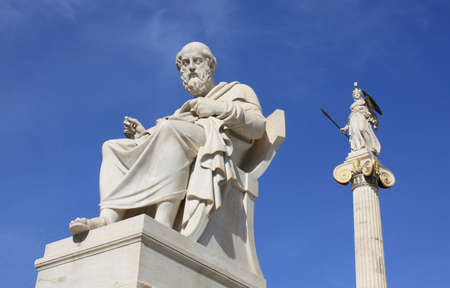 Neoclásicos estatuas de Platón (filósofo griego antiguo) y Palas Atenea (diosa de la sabiduría y la guerra)