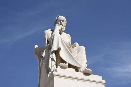 neocl�sico: Estatua neocl�sico del fil�sofo griego, S�crates, Academia fuera de Atenas en Grecia.  Foto de archivo
