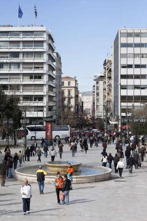 syntagma: Atene - 25 febbraio 2010: Ateniesi a piedi in Piazza Syntagma (Piazza della Costituzione), fronte Parlamento greco.
