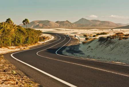 desierto: Sinuosa carretera a trav�s de las dunas de Corralejo, Fuerteventura, en las Islas Canarias, Espa�a.